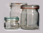 Zavařovací sklenice se skleněnými víčky, pryžovými kroužky a kovovými pery – zvané rýhovky (NZM 58730, 57668, 58703)